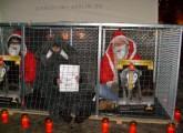 Weihnachtsmänner fordern Freiheit für Mausi